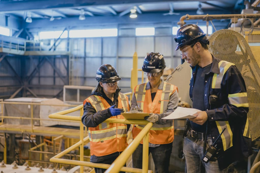 The supervision approach is all about open safety communication! Employees at the Sigma Mill at our Quebec operations review the task ahead with their supervisor.